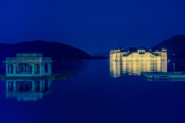 Palácio da água de jal mahal no lago sager do homem na índia de jaipur rajasthan.