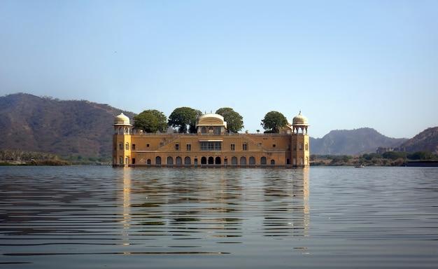Palácio da água - jal mahal no lago man sagar. jaipur, rajasthan, índia. século 18. o palácio dzhal-mahal