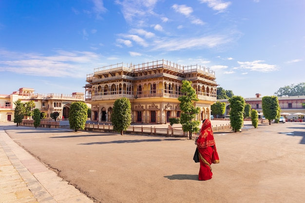 Palácio da cidade de jaipur e garota indiana em sari, índia.