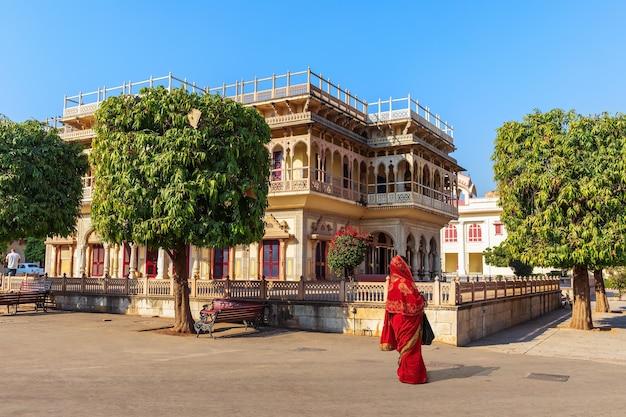 Palácio da cidade de mubarak mahal e uma mulher indiana, jaipur, índia.