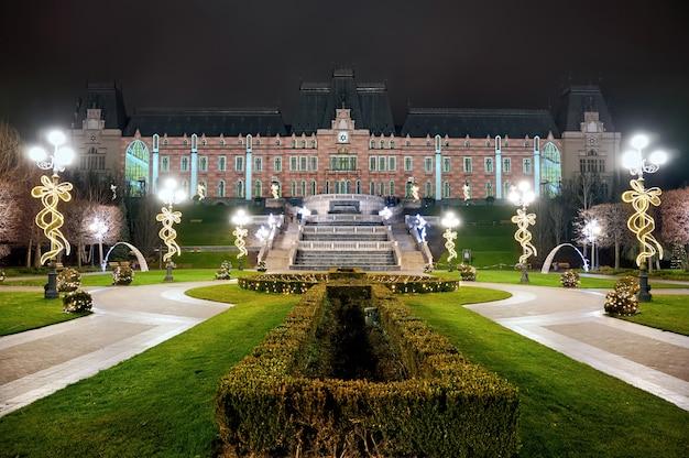 Palácio da cultura à noite, iasi, romênia
