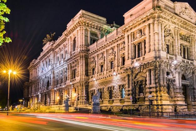 Palácio da justiça, roma, itália à noite. trilhas de luz efeito de longa exposição.