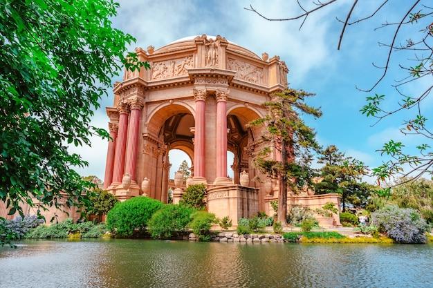 Palácio de belas artes cercado por flores e árvores em são francisco