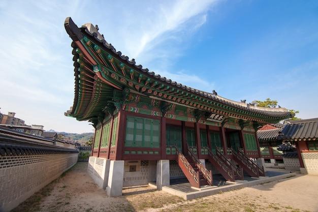 Palácio de changdeokgung em seul, coréia. foto tirada com lente grande angular