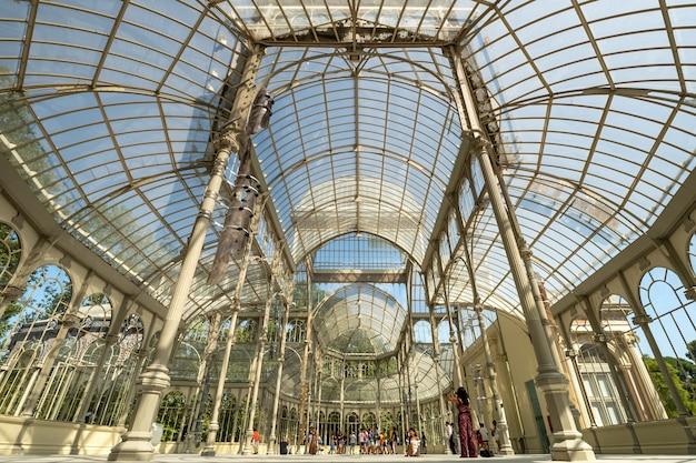 Palácio de cristal no parque do retiro, madrid, espanha.