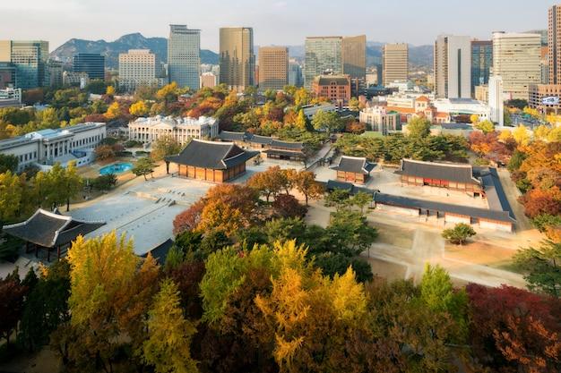 Palácio de deoksugung e cidade de seoul na estação do outono em seoul, coreia do sul.