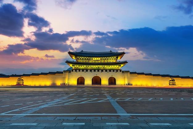 Palácio de geyongbokgung e luz do carro ao pôr do sol em seul, coreia do sul.