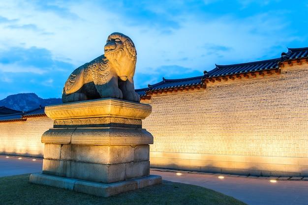 Palácio de gyeongbokgung à noite em seul, coreia do sul.