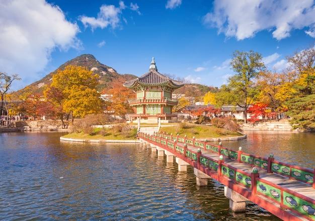 Palácio de gyeongbokgung com folhas de bordo e tradicional velho do pavilhão, seoul, coreia do sul.