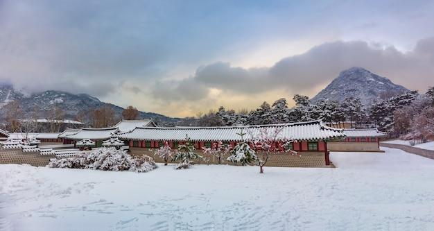 Palácio de gyeongbokgung no inverno de seul, na coreia do sul.