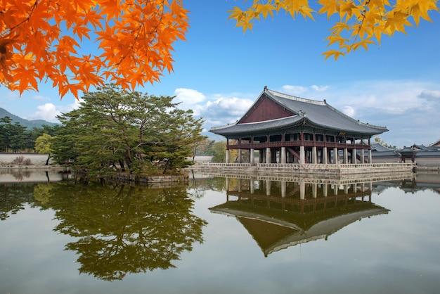 Palácio de gyeongbokgung no outono em seoul, coreia do sul.