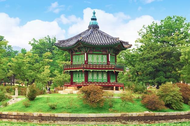 Palácio de gyeongbokgung, pavilhão hyangwonjeong, na primavera de seul, coreia do sul.