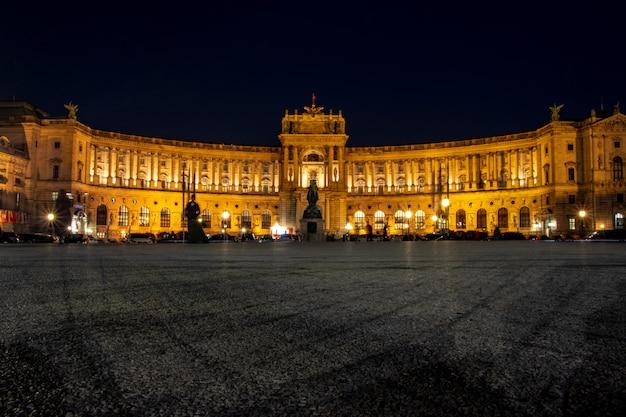 Palácio de hofburg em viena à noite