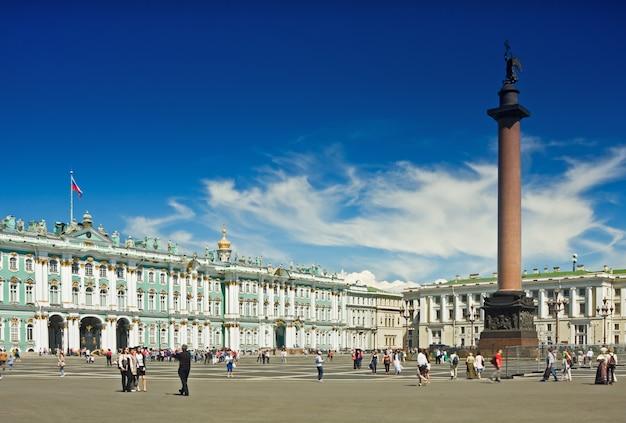 Palácio de inverno e alexander column na praça do palácio