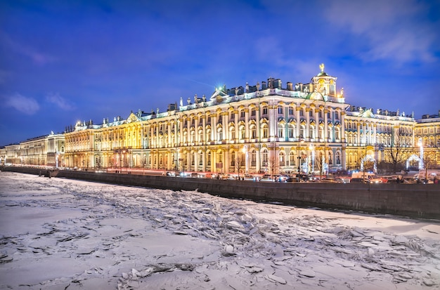 Palácio de inverno em são petersburgo e gelo no rio neva