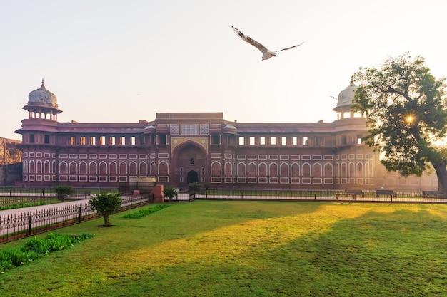 Palácio de jahangir na índia, forte de agra, manhã ensolarada.
