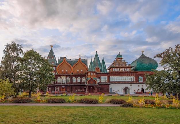 Palácio de madeira do czar alexei mikhailovich na reserva do museu kolomenskoye moscou rússia