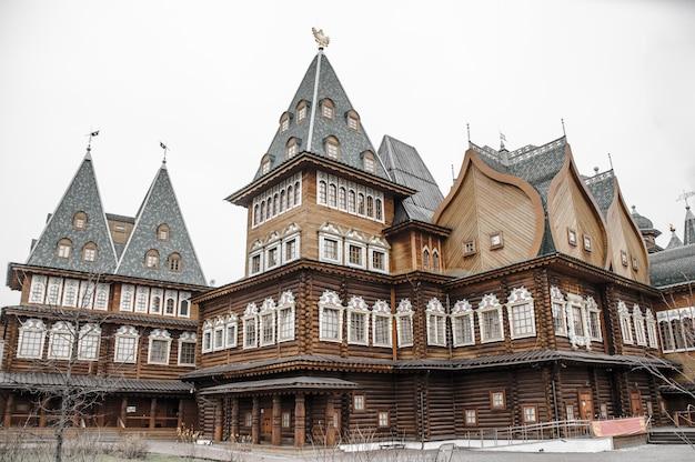Palácio de madeira do czar alexey mikhailovich no parque kolomenskoe em moscou, rússia.