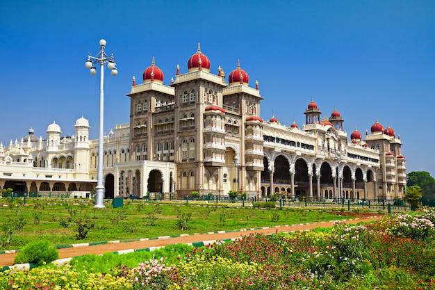 Palácio de mysore na paisagem da índia