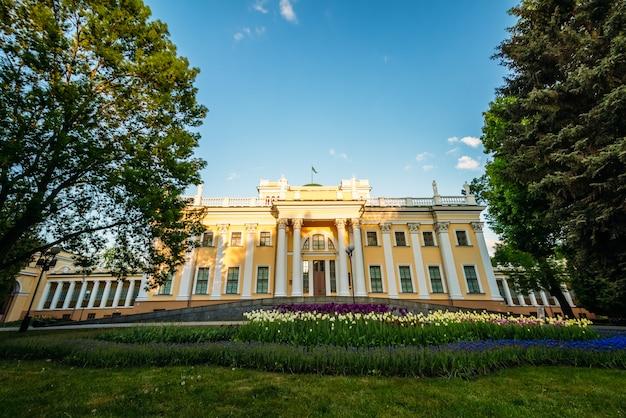 Palácio de paskevich em gomel park no verão