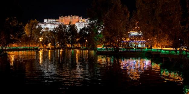 Palácio de potala à noite, lhasa, tibete, china