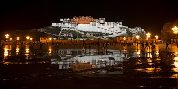 Palácio de potala à noite, praça do palácio de potala, lhasa, tibete, china