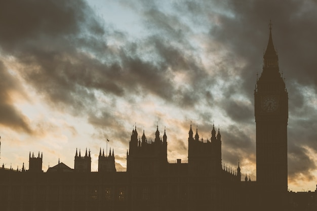 Palácio de westminster e big ben em londres ao pôr do sol