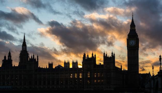 Palácio de westminster e big ben em londres ao pôr do sol