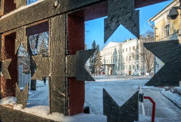 Palácio do governador através da treliça dos portões do kremlin de nizhny novgorod