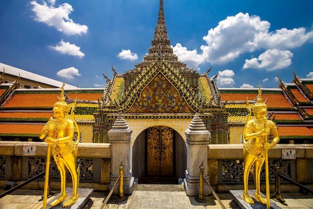 Palácio do grande rei real em banguecoque, tailândia belo marco da arquitetura dourada da ásia