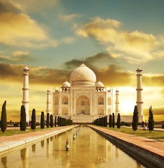 Palácio do taj mahal na índia ao amanhecer