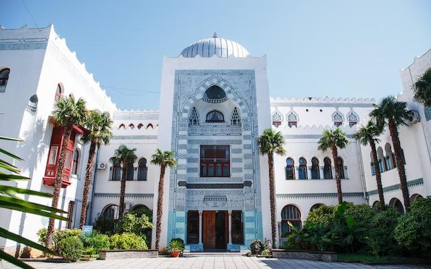 Palácio dulber em koreiz, perto de yalta, na crimeia. palácio em estilo oriental
