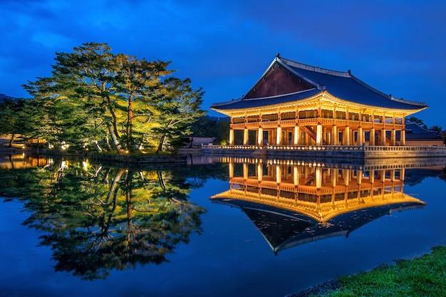 Palácio gyeongbokgung à noite em seul, coreia
