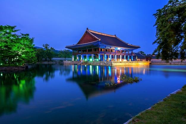 Palácio gyeongbokgung e via láctea à noite em seul, coreia