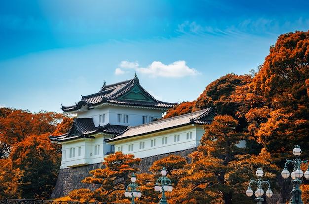 Palácio imperial com a folha do outono no dia no tóquio, japão.
