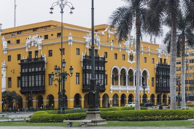 Palácio municipal de lima na praça principal em tempos de pandemia, peru