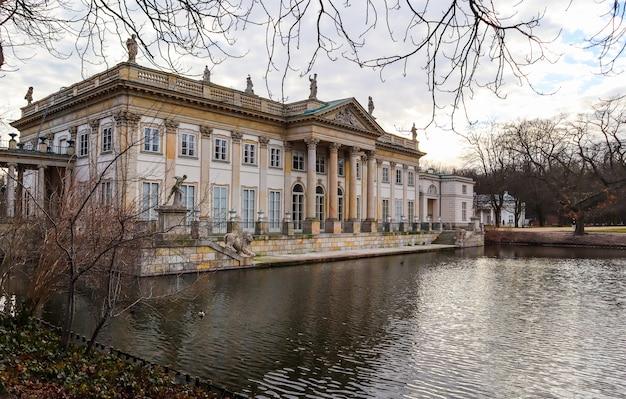 Palácio na ilha no parque de banhos reais na primavera em varsóvia, na polônia