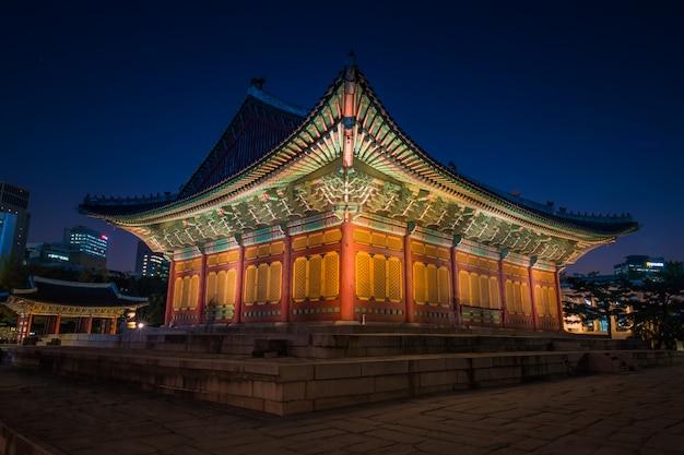 Palácio nacional asiático no período nocturno. palácio em seul
