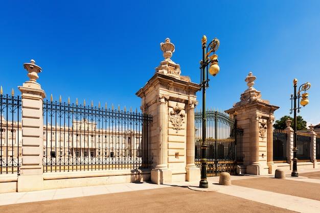 Palácio real em dia ensolarado. madrid