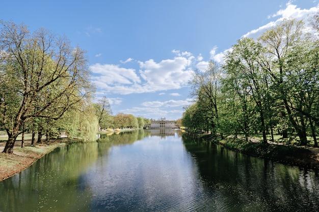 Palácio real sobre a água no parque lazienki, varsóvia