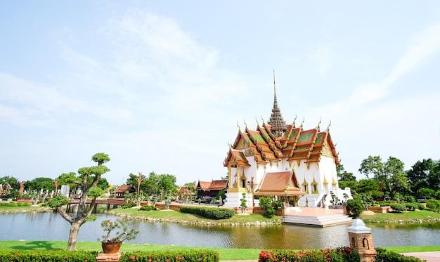 Palácio típico da tailândia perto de um rio