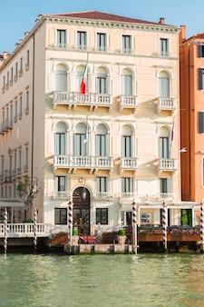 Palácios coloridos tradicionais em veneza sobre as águas do canal, itália