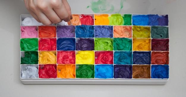 Paladares coloridos para trabalho de arte com mistura de mão