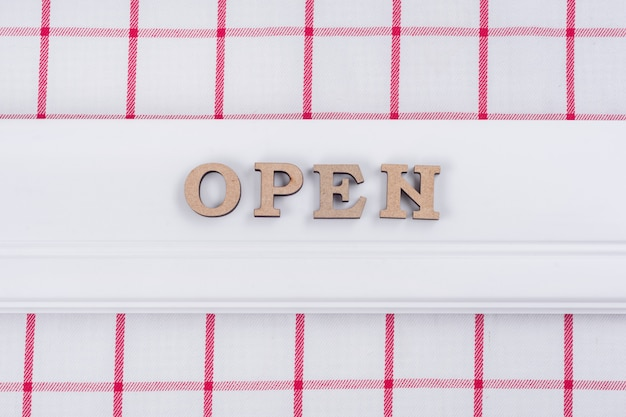Palavra aberta, abstratas letras de madeira