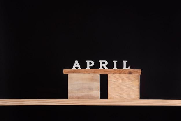 Palavra abril escrita em blocos de madeira