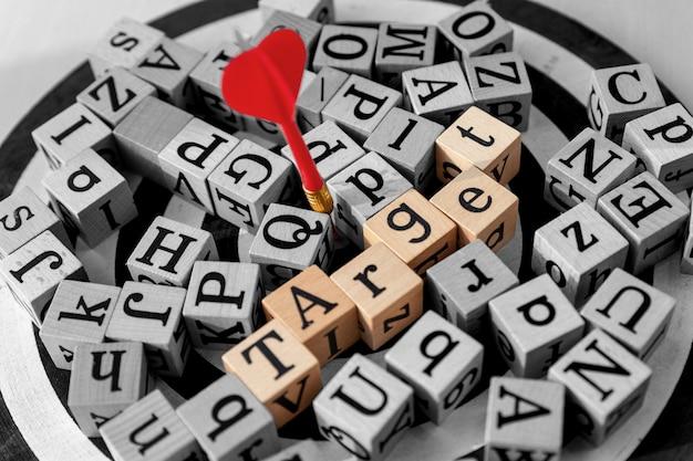 Palavra-alvo escondida no alfabeto de madeira