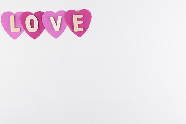 Palavra amor em corações em fundo branco com espaço para texto, ícone de amor, dia dos namorados