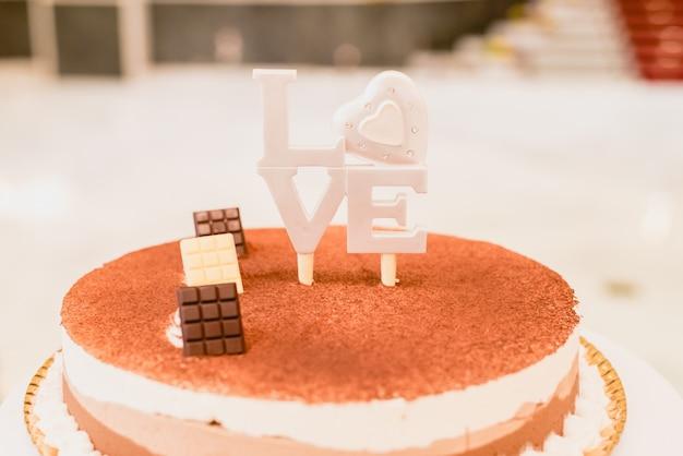Palavra amor em letras de madeira para decorar um casamento.
