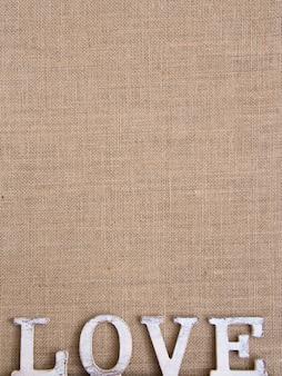 Palavra amor na vista superior de serapilheira com espaço de cópia