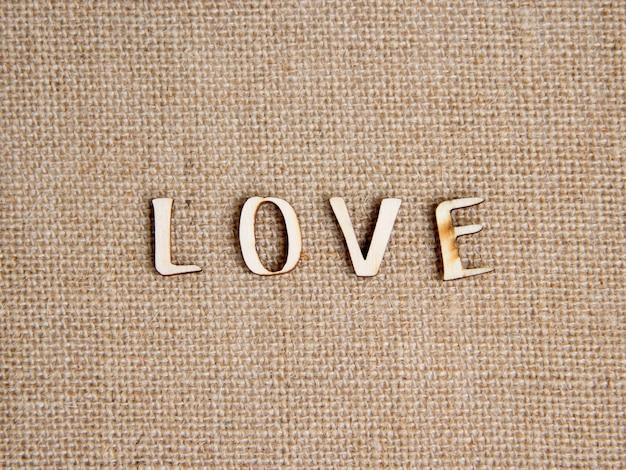 Palavra amor na vista superior de serapilheira